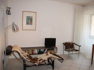 Bezauberndes Haus am Gardasee  Gargnano  - 3.OG: Schlafzimmer II - Corbusier Lounge, TV, Tisch, Badezimmer mit Dusche/WC