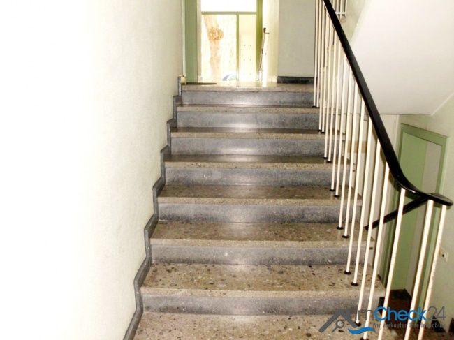 Helles Treppenhaus im 7 Parteien Haus.
