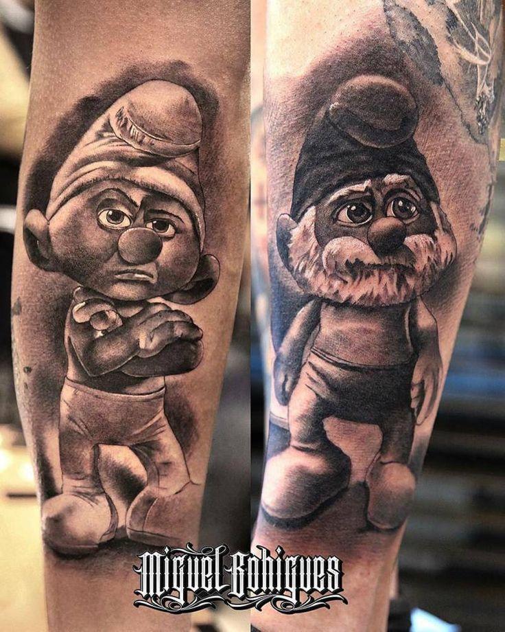 Tatuajes en el gemelo y el antebrazo de los pitufos gruñón y papá pitufo.