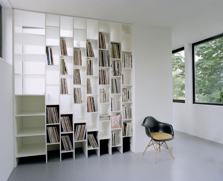 Domowa biblioteka, biblioteczka, regał na książki, pokój do czytania, styl skandynawski. Zobacz więcej na: https://www.homify.pl/katalogi-inspiracji/14691/domowe-biblioteczki-i-pokoje-do-hobby