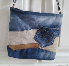 Tas van een oude spijkerbroek, postzak en een restje leer.