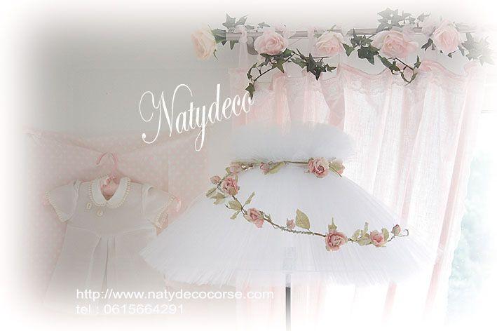 Abat jour en tulle couleur blanc possible en d autres couleurs  couronne de fleurs en papier rose  en vente  en email sur mon site http://www.natydecocorse.com
