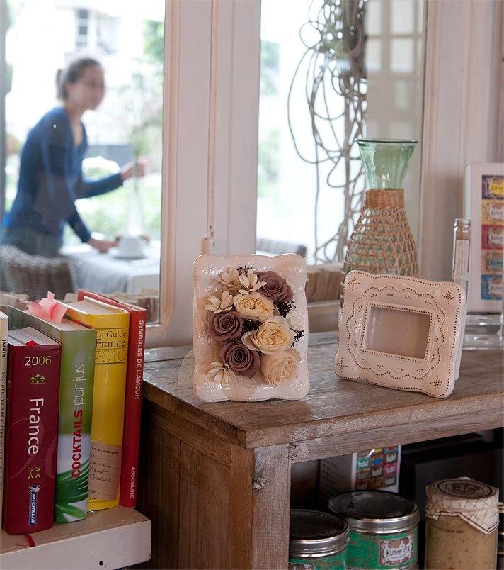 ファンシーフレーム ・・・・・ ぬいぐるみのような柔らかさをイメージしたフェミニンなセラミック製フレーム。なめらかなフォルムと、ドットで描かれたモチーフがかわいらしさをアピール。優しい色合いと上品な光沢がお花を暖かく包み込んでくれます。フランスの女の子の部屋に飾ってありそうな、フレンチガーリースタイルが気軽に楽しめます。「いつまでも可愛らしさを大切にしたい」そんな大人の女性が喜ぶようデザインしたアミファ自信の商品です。