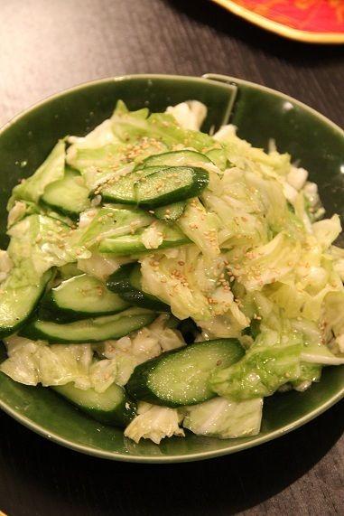 キャベツと胡瓜のうま塩レモンサラダ ごま油・塩・砂糖・レモン汁・鶏がらスープのもとで和えた。和えたら食べるまで冷蔵庫で冷やしておく。
