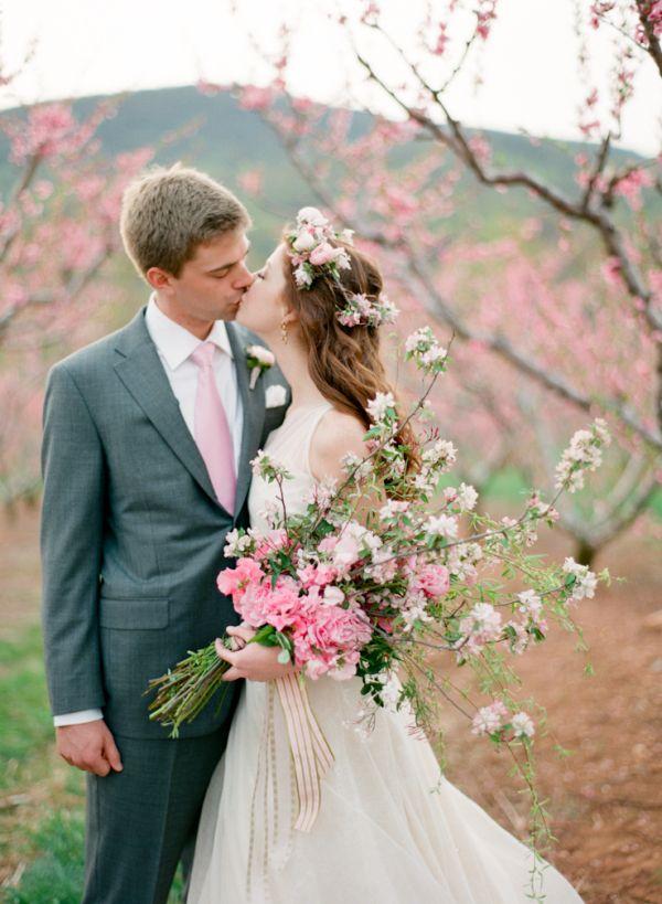 桜クラッチブーケを持って、素敵なウェディングフォト♡ 桜の時期のウェディングのアイデア。結婚式/ブライダルの参考に☆