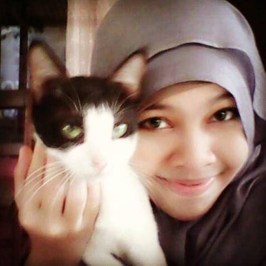 Foto kiriman Maeemana Ema  halo semua.. ini kucing kesayanganku namanya Momon Marimon... umurnya 3 tahun, aku sayang sekali dengannya..Momon sudah kuanggap seperti adikku sendiri, dia yang setia menemaniku disaat aku sedang sendiri dirumah ketika suami dan adik sedang kerja heehe #AnimalLoversEMCO
