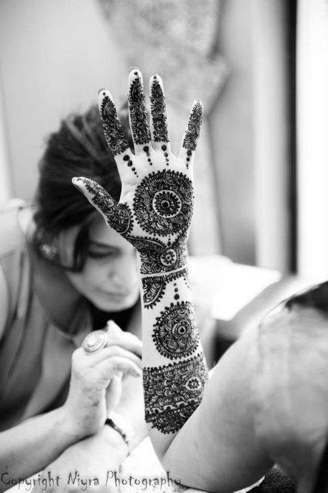 beautiful henna / mehndi.. haven't seen a better design ..