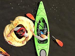 Homem em 1200 Pound abóbora Boat estabelece recorde mundial na raça do caiaque
