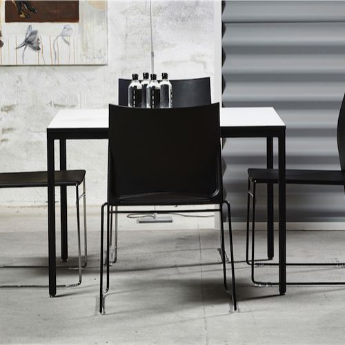 Square fra Rumas er klassisk borde. Fås i flere størrelser og farver. #sort #hvid