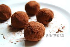 La ricetta dei tartufi al cioccolato fondente, facili da preparare in casa e da aromatizzare all'arancia, al peperoncino o al rhum.
