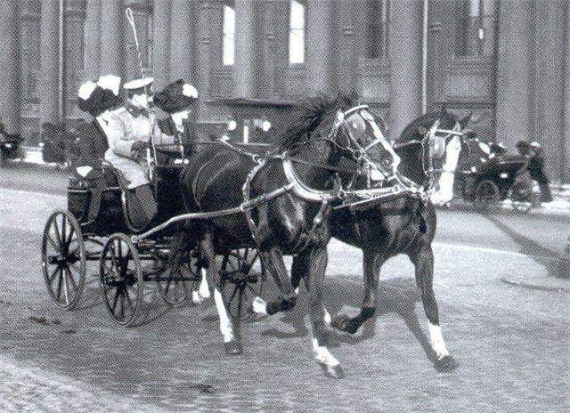 Офицер с дамами в экипаже на Дворцовой набережной. 1910-е. Булла