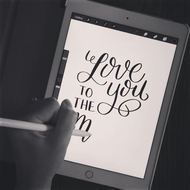 It took me forever to get comfortable lettering on my iPad...but now I'm addicted!  It streamlines my process a ton too! ➡️Tools: iPad Pro, Apple Pencil, and ProCreate App. If you want to learn to use the app, I highly recommend you pop over to visit to Karin at @ipadlettering (and her website tutorials rock)!