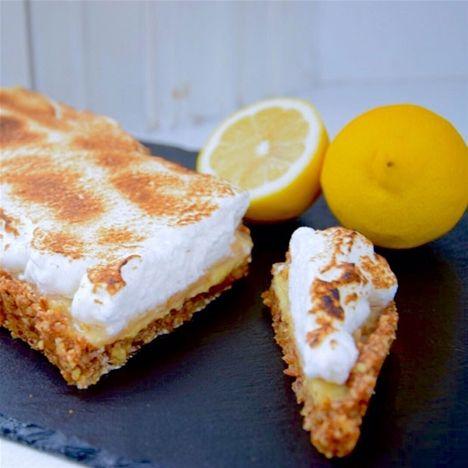 Lav en festlig dessert med knasende sprød mandelbund, syrlig citroncreme, sej karamel og et gavmildt lag marengs på toppen.