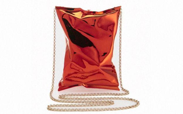 #a_r_t_a_ru #дизайн #мода Создание каждой такой сумки занимает семь часов, а весит клатч, отлитый из металла, меньше 500 граммов — немногим больше настоящей пачки чипсов Walkers, которая и стала прототипом этой сумки. Над аксессуаром дизайнер Аня Хиндмарч работала несколько месяцев. Источник  http://lnk.al/4tqr