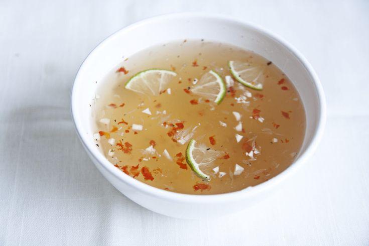Reisnudeln mit knackfrischem Gemüse, knusprigen Erdnüssen und Röstzwiebeln mit den frischesten Kräutern und lecker gebratenem Fleisch. Dazu eine Soße, die sowohl süß-sauer als auch salzig und scharf ist. Das ist eine wahre Geschmacksexplosion aus Vietnam und nennt sich 'Bun Bo Nam Bo'. Wir zeigen euch hier in diesem Rezept, wie ihr dieses geniale Gericht ganz...Read More