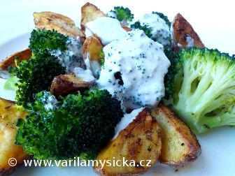 Pečené brambory s brokolicí a sýrovým přelivem