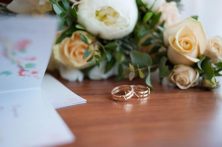 Кольца 💍– неизменный атрибут любого свадебного торжества. Многие думают, что в их выборе нет ничего сложного. Однако существует немало нюансов, которые могут существенно повлиять на ваш выбор👭, они зависят от вашего вкуса, ритма жизни и предпочтений. . Прежде всего, ширина кольца. Лично мне больше нравятся утонченные модели, с дорожками из камешков или сочетающие в себе два вида золота – белое и желтое. Самыми традиционными вариантами, несомненно, считаются классические широкие кольца с…