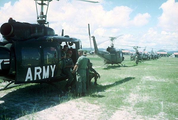 Waiting For Extraction At Quang Ngai Vietnam War Vietnam War Photos Vietnam History