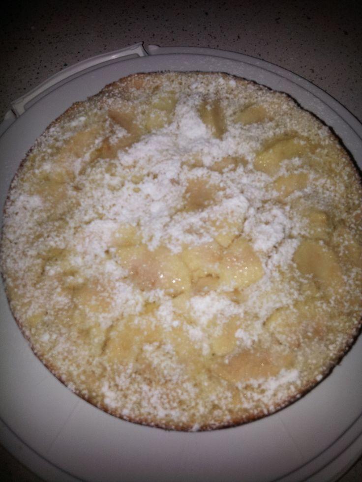 Ingrédients: 6 pommes 2 oeufs 50g de sucre 1 sachet de sucre vanillé 70g de farine 1 sachet de levure chimique 100 ml de lait 20 g de beurre 1 Cuillère à Soupe de rhum ou l'arôme( au choix) Détailler vos pommes en fines lamelles Battre les oeufs avec...