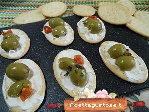 Crostini philadelphia e olive verdi