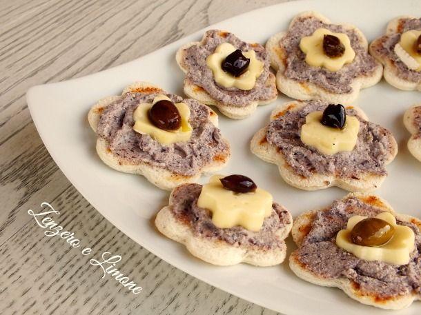 Questi crostini brie e olive sono uno stuzzichino sfizioso e saporito che può essere realizzato in qualsiasi forma e adattato ad ogni festività