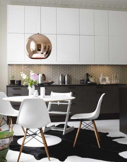 Cuisine blanche et grise - double rangée de meubles hauts, une crédence aux motifs géométriques, coin repas design, suspension bronze. Chic #white #grey #kitchen
