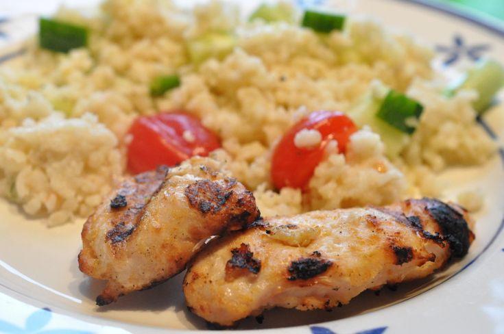 Grillet kyllingefilet og bulgursalat med hvidløg, forårsløg og tomat | NOGET I OVNEN HOS BAGENØRDEN