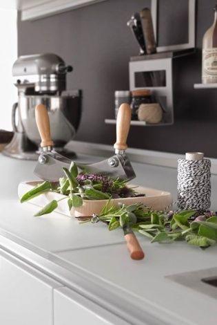 Stojak na przyprawy i noże zamontowany na relingu, Nolte Küchen