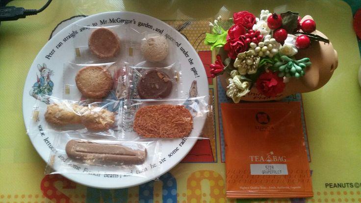 帝国ホテルさんのクッキー詰め合わせギフトとルピシアのお茶とクリスマスの飾り付け。