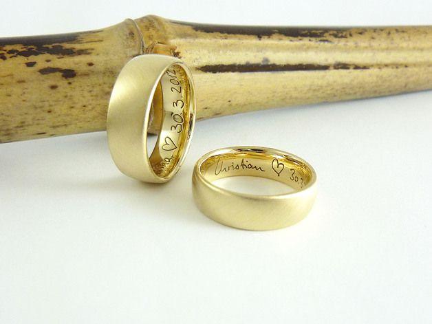 """**Trauringe """"Ovum""""**  Seinen Namen trägt der Ring durch seine klare,schlichte Form; das Oval (Ellipse). Die Schönheit des Materials und die reduzierte Formsprache stehen im Vordergrund.   Die..."""