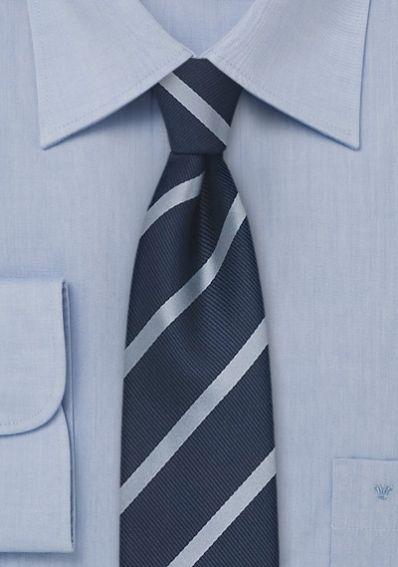 Schmale Krawatte Streifen hellblau navy . . . . . der Blog für den Gentleman - www.thegentlemanclub.de/blog