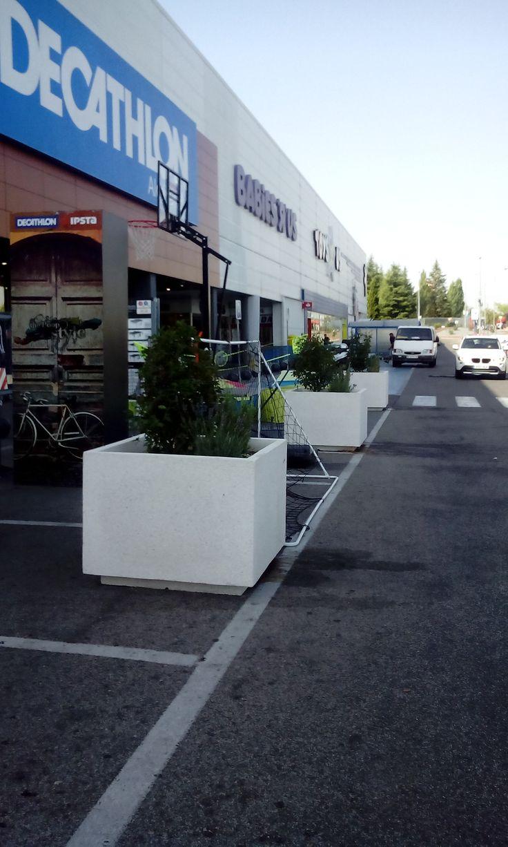 Decathlon evitó que aparcasen junto a la exposición exterior, aprovechando para decorar #mobiliariourbano #jardineras http://www.jardineraslosada.net