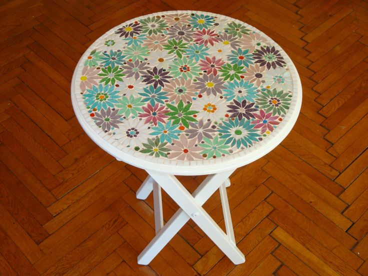 Çiçek desenli beyaz mozaik sehpa