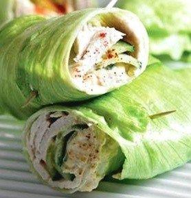 El almuerzo- Rollo de la lechuga con propagación sabroso, pavo, y pepinos. !Muy ligero y delicioso!