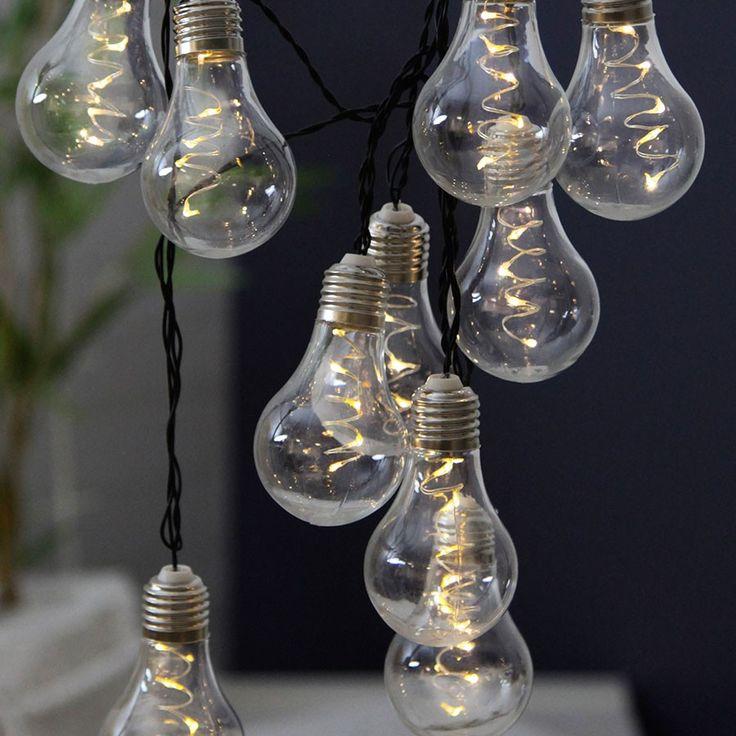 LED Dura Party Lysslynge Klar 10 Lys - LED Dura Party Lysslynge fra Star Trading har 10 lamper som ser ut som de populære, dekorative pærene med glødetråd. Hver lampe har 5 LED lyskilder og en klar skjerm. Slyngen har IP44 og passer fint utendørs, men bruk den gjerne inne også. Kan stilles inn med timer slik at den står 6 timer på og 18 timer av og har en brenntid på opp til hele 60 dager per batteribytte.