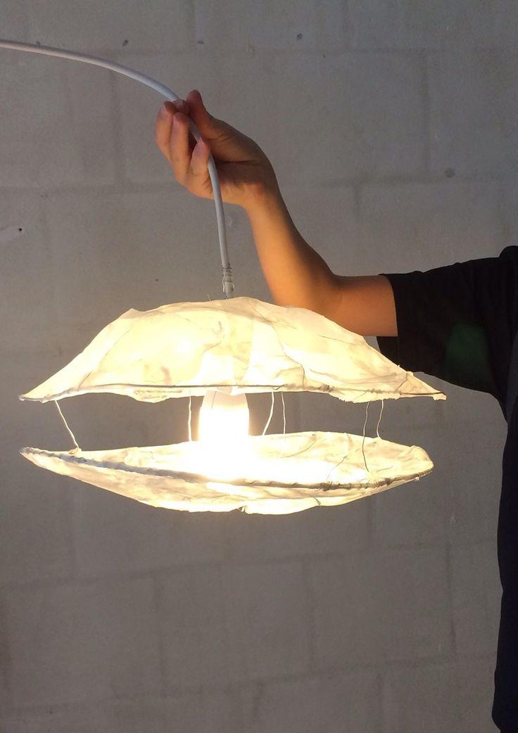 """Hvad betyder lys for vores oplevelse af arkitektur? Hvordan kan man designe lys til et givent rum? Undervisningsforløbet """"Design med lys"""" handler om et af arkitekturens kerneområder; lys. Forløbet er målrettet faget håndværk og design og handler dels om materialelære, hvor eleverne udforsker og afprøver bestemte materialers egenskaber, og dels om at eleverne giver egne idéer form inden for en given ramme."""