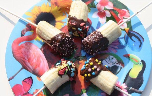 Koken met kinderen. Banaan, pure chocolade en versiering. Simpel, leuk en vooral lekker.