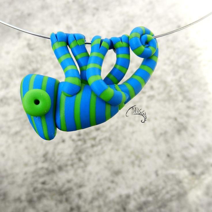 Chamík modrozelený Úplně malinké chamí miminko vyrostlo do délky 4,8 cm a pevně se drží obojkového drátu stříbrné barvy o průměru cca 15 cm. Každý chamík je modelován ručně.