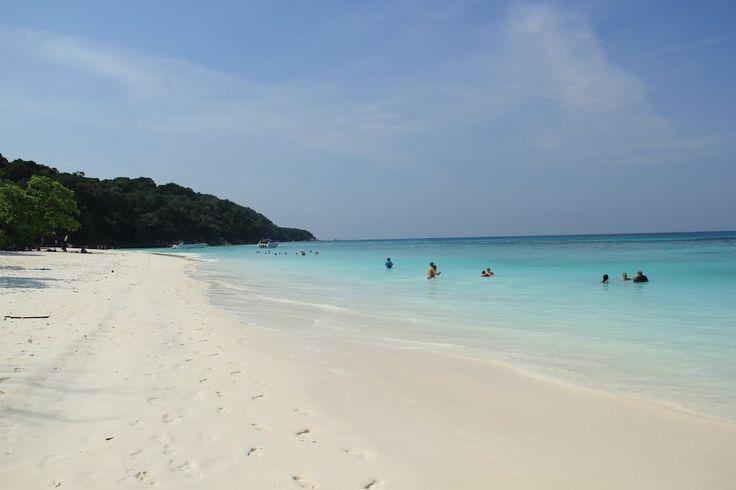 La plage de l'île de Ko Tachai en Thaïlande est une magnifique plage de sable blanc à l'eau turquoise. Touristique mais moins que les îles Similan Accès : 1heure de bateau depuis la côte à Kao Lak Activités : Farniente, sorties snorkeling (de nombreuses espèces: poissons tropicaux, raies, tortues..), très beau site de plongée:…