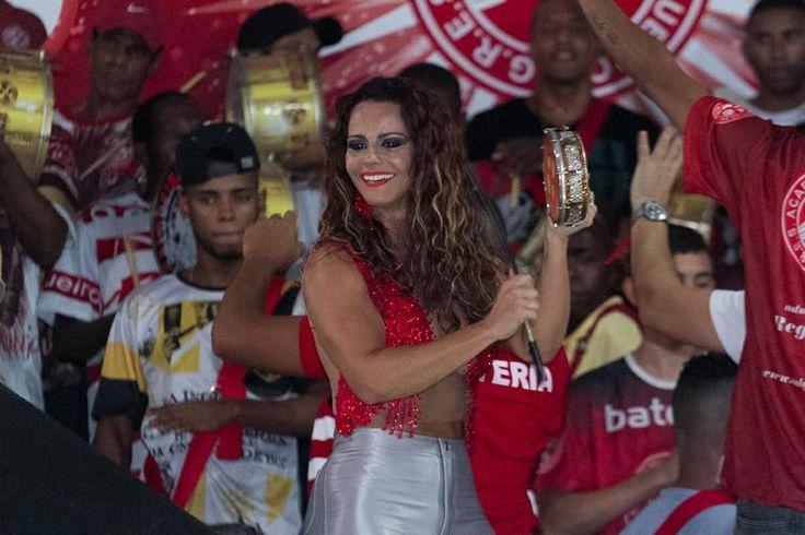 Com decote ousado, Viviane Araújo samba na quadra do Salgueiro