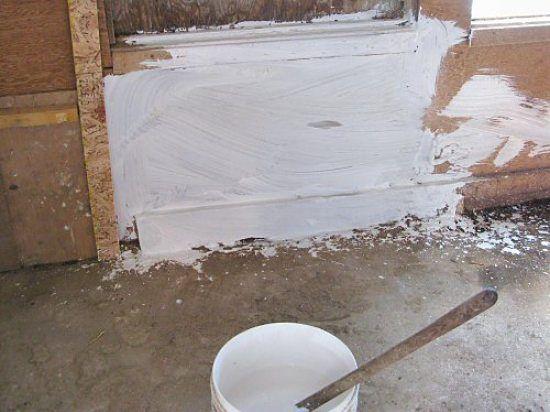whitewash voor kippenhok dat desinfecteerd. gebluste kalk gemengd met water. Goed tegen bloedluis.  natural (hok)wit verkrijgbaar bij pets place (waarschijnlijk dus ook boerenbond)