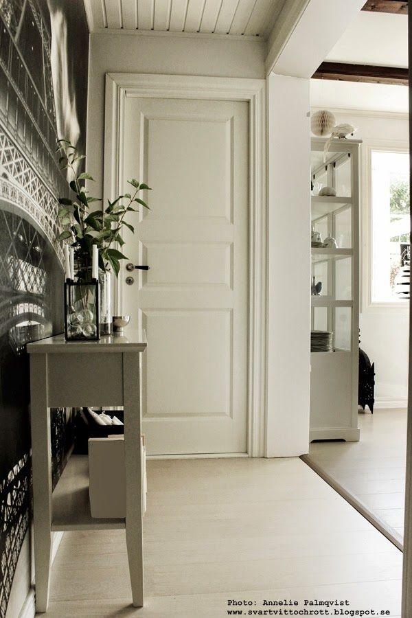 hall, hallen, vitt, svart, svarta, vita, svart och vitt, fototapet mr perswall, eiffeltornet, avlastningsbord, glödlampor, vit spegeldörr, spegeldörrar, vitrinskåp, vitt