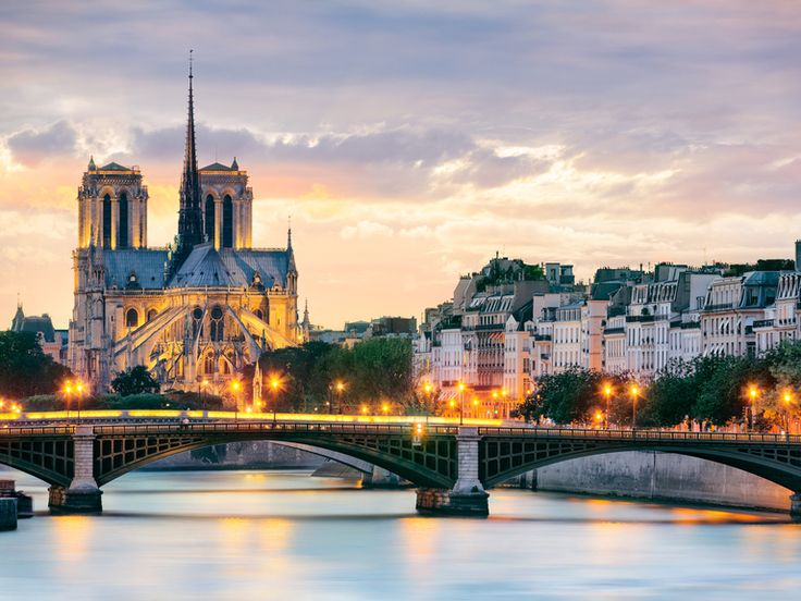 Paris Honeymoon: Weather and Travel Guide | Photo by: Shutterstock | TheKnot.com