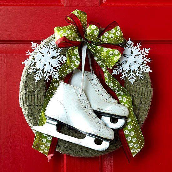 décoration de Noël couronne de porte avec un ruban et flacons de neige