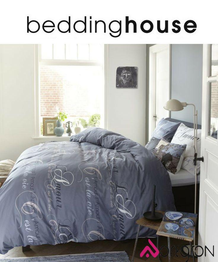 C'EST LA VIE BLUE Het C'est la Vie Blue dekbedovertrek van Beddinghouse heeft een opvallend dessin door het bijzondere lettertype in de tekst. Het C'est la Vie Blue dekbedovertrek straalt een romantische en rustige sfeer uit in uw slaapkamer.