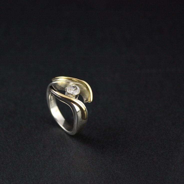 Het eindresultaat van Zilveren damesring met gouden ornamenten en Cubic Zirkonia, vervaardigd van Oma's sieraden, moeder geeft dit cadeau aan dochter die afgestudeerd is aan de Minerva.#goudsmidmetpassie #afstudeercadeau #orgineelcadeau #sieradenmeteenverhaal als u op de foto klikt, kunt u het verhaal lezen en het proces van vervaardiging zien...