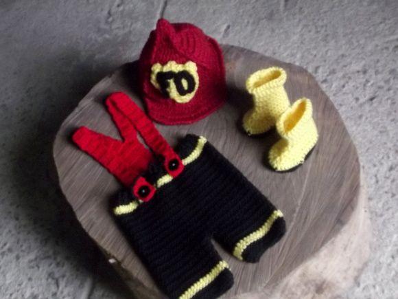 Conjunto de calça curta com suspensórios,chapéu e botas confeccionados em crochê.  cor - vermelho, preto e amarelo  tamanhos - RN / 1 a 3 / 3 a 6 / 6 a 9 / 9 a 12 meses R$ 89,90