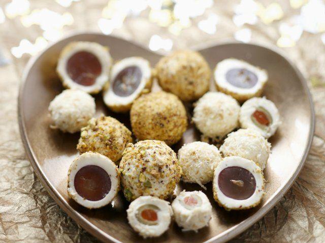 Trauben und Oliven im Frischkäsemantel
