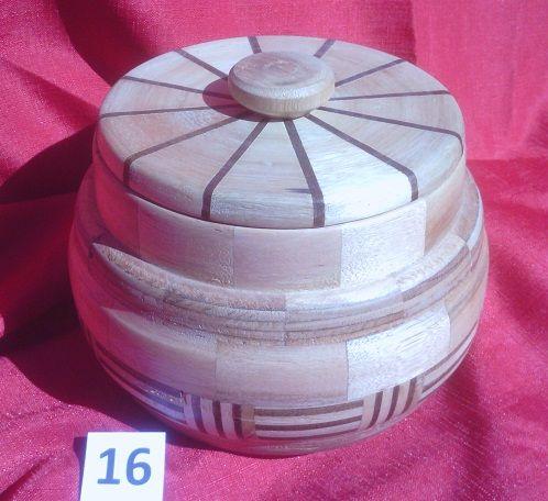 Nombre: 16J CYLLENE.                        Es una pieza torneada construida con 170 segmentos de eucaliptus grandis, finger y harguar. La terminación es con varias capas de cera. Tiene una altura de 12 cm y un diámetro de 21 cm. Esta serie de piezas llevan el nombre de satélites del Sistema Solar. Luego de dedicarme a la docencia de la Astronomía y Dibujo durante 42 años en la Enseñanza Secundaria en el Uruguay comencé a trabajar la madera en el torno. Contacto: mariograside@gmai....