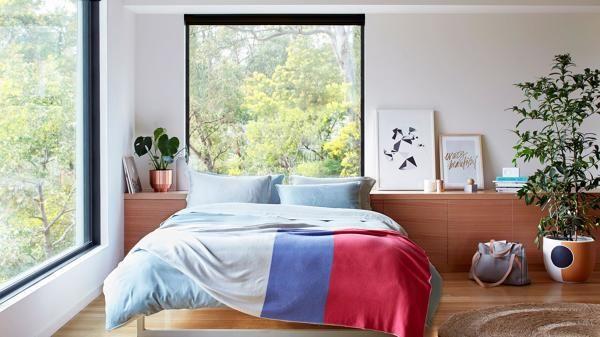 dormitorio con ventanales grandes